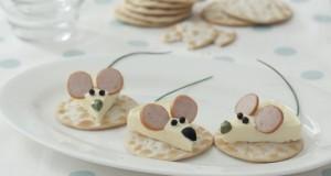 Un piatto di formaggio e cracker