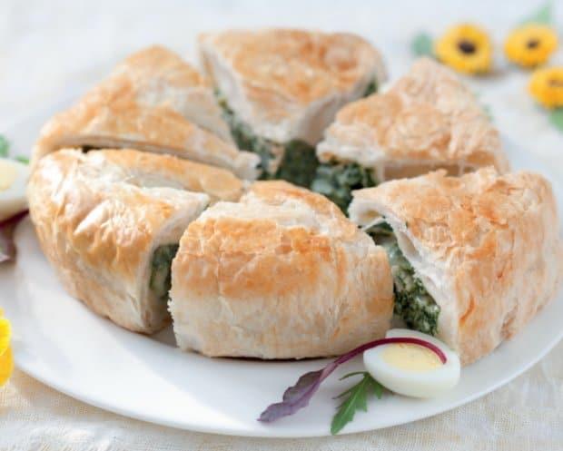 Il piatto di torta salata con ricotta e spinaci