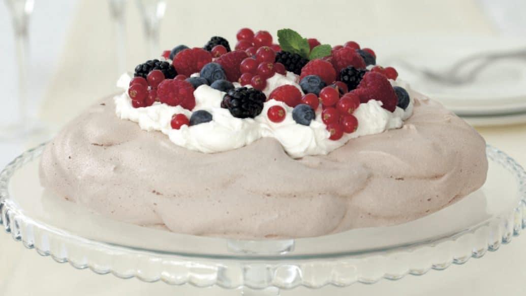 Torta Pavlova con cioccolato, panna e frutti di bosco