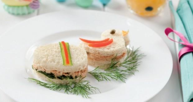 Tartine con pomodoro, formaggio, prosciutto e salmone